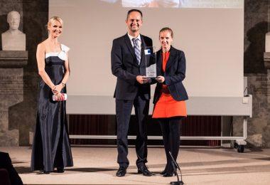 Dr. Angela Peiter (Mitte), Head of Marketing Diabetes (Boehringer Ingelheim) und Dr. Jürgen Kestler (Rechts), Senior Brand Manager Diabetes (Lilly) auf der Preisverleihung