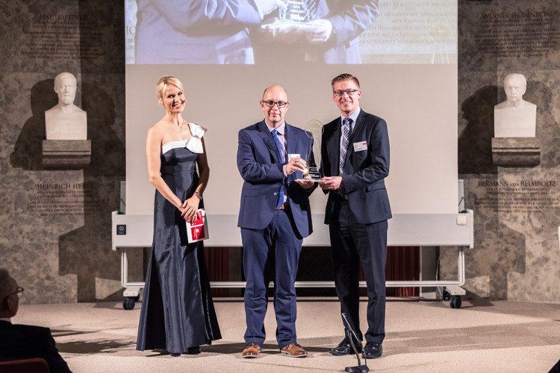 Dr. Dirk Schilling (Mitte), Produktgruppenleiter, und Dr. Dominik Vogt (Rechts), Produktmanager, Infectopharm, auf der Preisverleihung