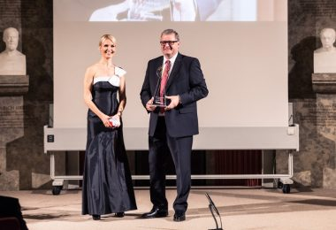 Dr. Hans-Ulrich Jelitto, Director External Relations, Roche Pharma, auf der Preisverleihung