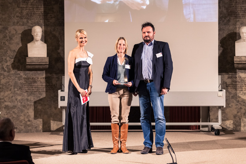 Katharina Golomb (Mitte), Senior Product Manager und Matthias Nollen (Rechts), Area Sales Manager Astellas Pharma